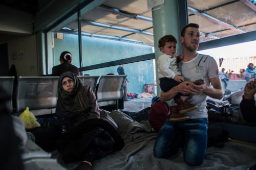 Rame, un syrien de 25 ans, avec son fils Mahsen. Sa femme Aamar, 19 ans, est enceinte. Ils sont au terminal E1 depuis 3 jours.jpg
